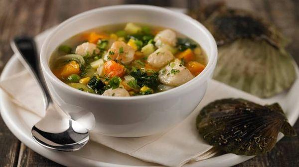 Sopa de verduras con vieiras y jengibre