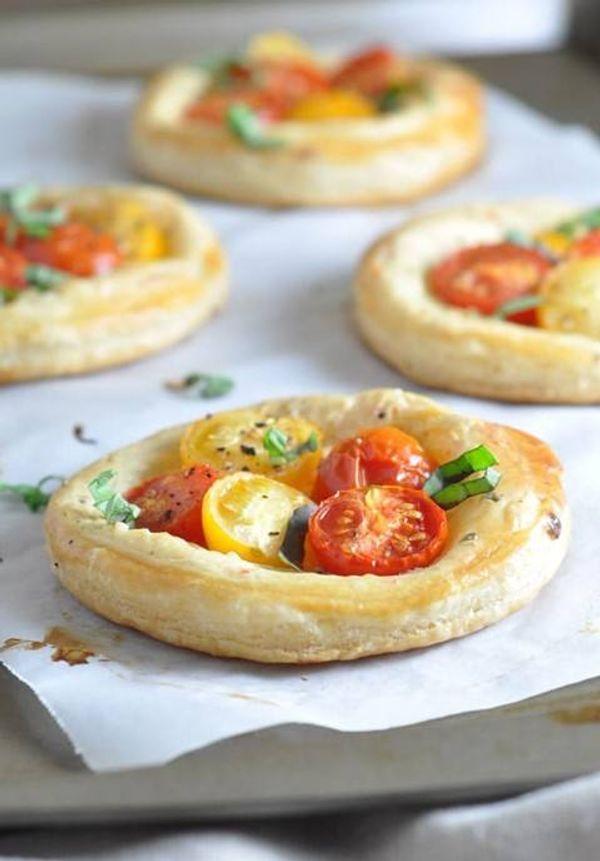 Tartines de queso, tomate y albahaca