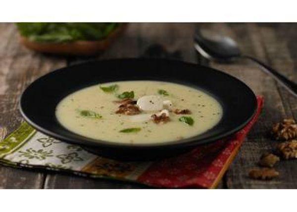 Sopa crema de choclo con mozzarella, albahaca y nueces
