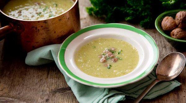 Sopa clara de verduras con almendra y queso de cabra