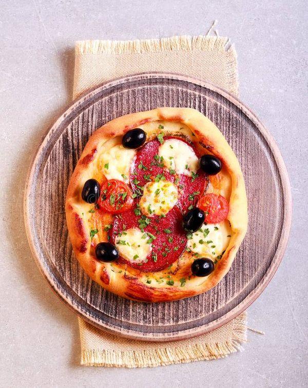 Pizzetas de mozzarella con salame