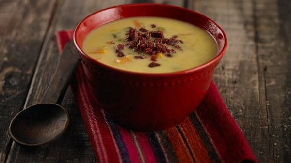 Sopa crema de verduras, vino blanco y chorizo