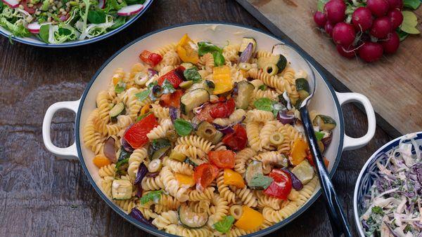 Ensalada de pasta con verduras asadas