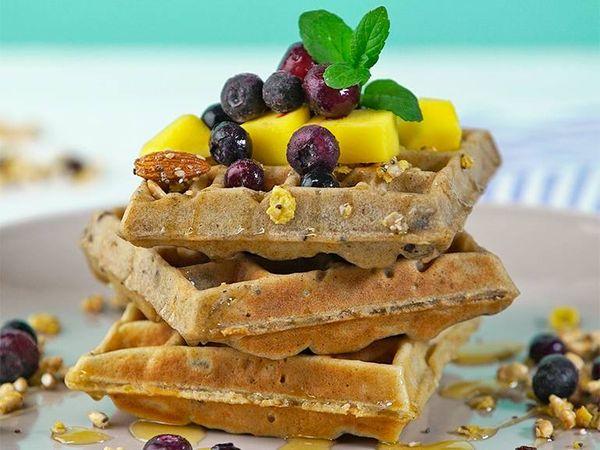 Waffles con granola y frutas