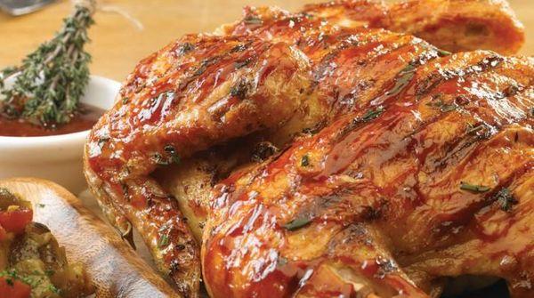 Pollo marinado con barbacoa con criolla asada