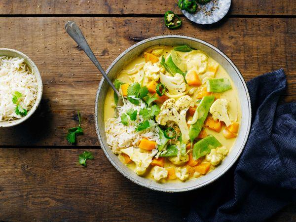 Curry de batatas, leche de coco y arroz blanco