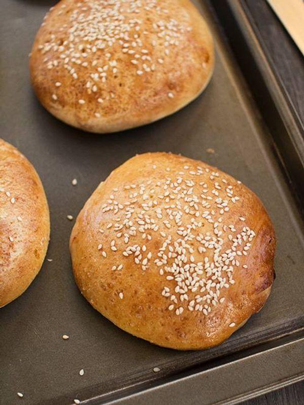 Receta de pan de hamburguesas casero, rico y fácil