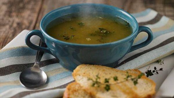 Sopa clara de verduras con vino blanco y pan al oliva