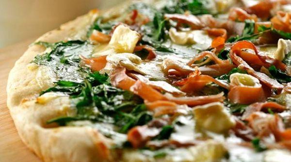 Pizza de rúcula, jamón crudo y camembert