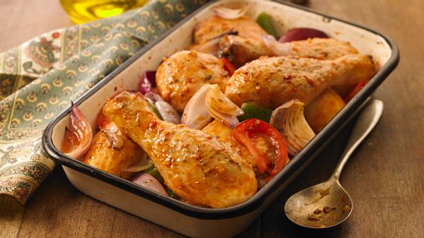 Pollo al horno con tomate y cebolla de verdeo