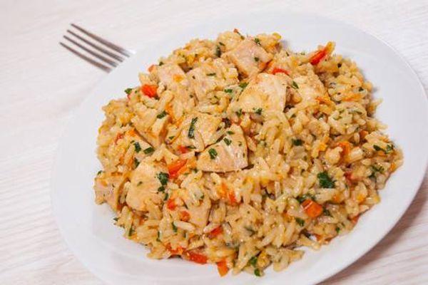 Pollo con arroz y arvejas al curry