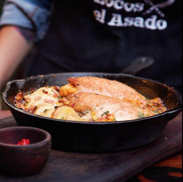 Pechuga de pollo gratinada rellena con jamón y cheddar