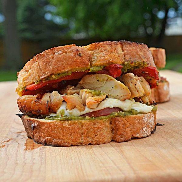 Sandwich de pollo, tomate asado y chimi