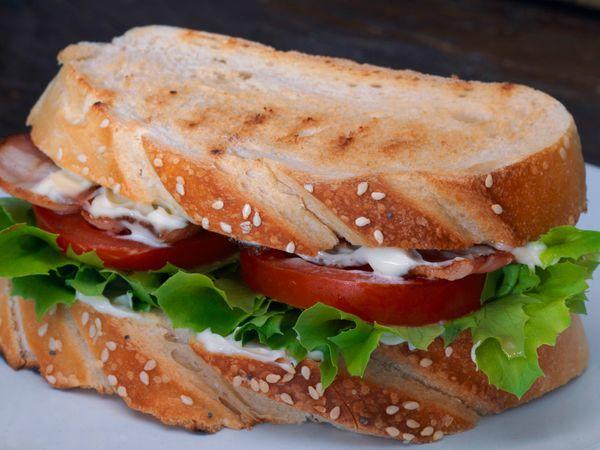 Sandwich de panceta, lechuga y tomate