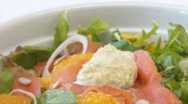 Ensalada de hojas con salmón y naranjas