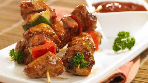Brochettes de pollo laqueadas con aceto, soja y ketchup