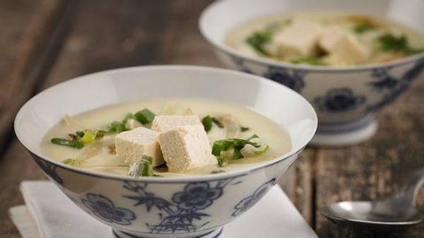 Sopa crema de espárragos, cebollita de verdeo y tofu