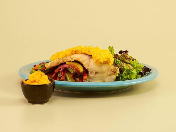 Sábalo a la plancha con vegetales y mayonesa de zanahoria