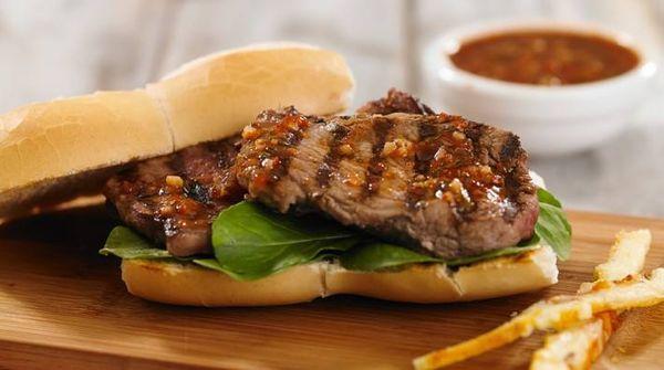 Sandwich de bife grillado y provoleta