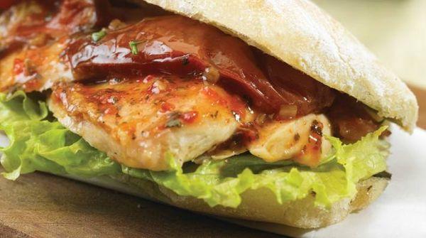 Sandwich de pollo con mermelada de panceta