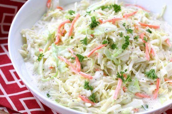 Ensalada de repollo blanco con mayonesa y mostaza