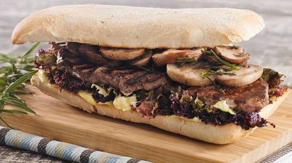 Sandwich de ojo de bife, hongos y romero