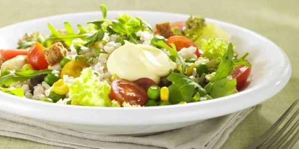 Ensalada liviana de arroz y verdes