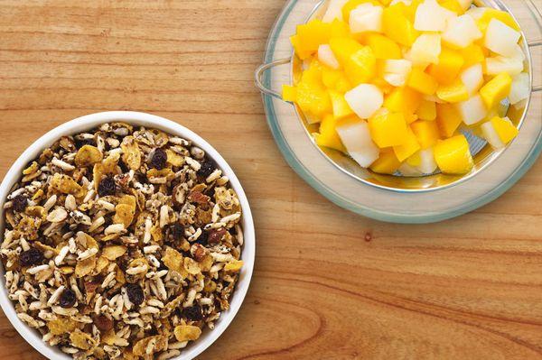 Trifle de granola con melón y mango