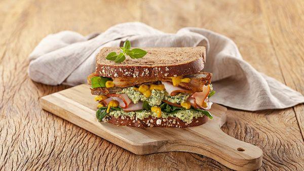 Sandwich de jamón, colita de cuadril y albahaca