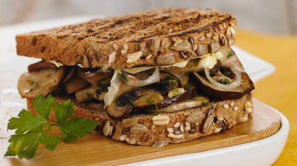 Sandwich de hongos salteados, ajo, perejil, queso fundido y cebolla