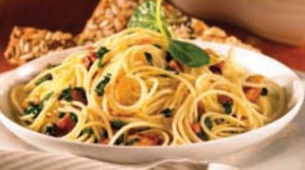 Spaghetti con pollo en salsa de queso