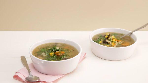 Sopa de arroz, hongos y cebolla de verdeo