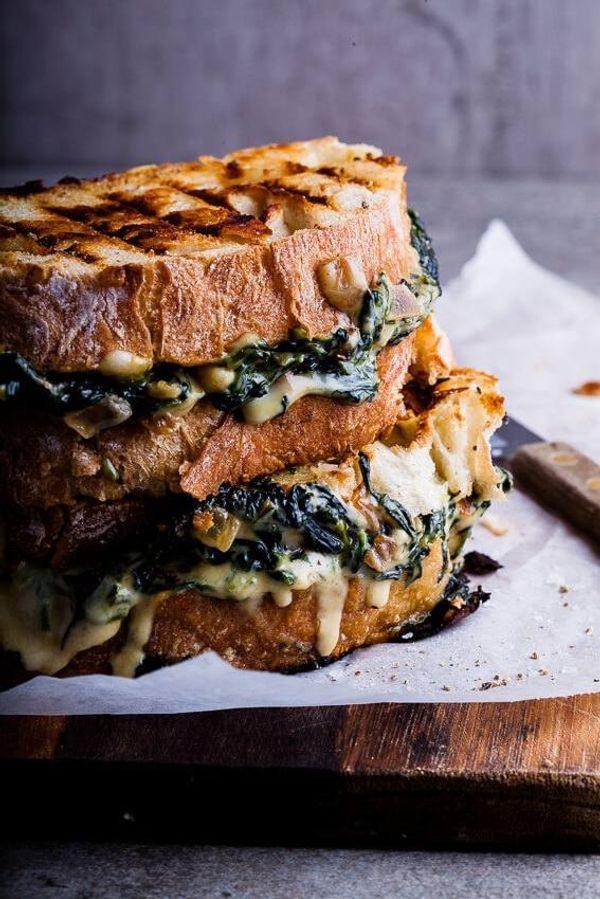 Sandwich caliente de espinaca y queso