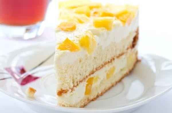 Torta de dulce de leche y crema con duraznos