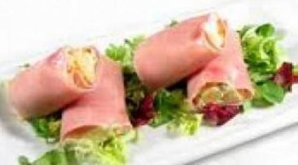 Arrolladitos de jamón con salsa blanca