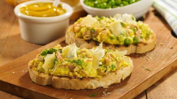 Revuelto cremoso de arvejas y cebolla de verdeo con jamón y mostaza