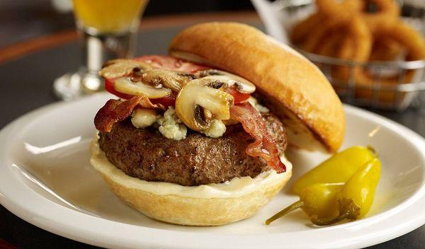 Hamburguesa de carne, hongos y queso azul