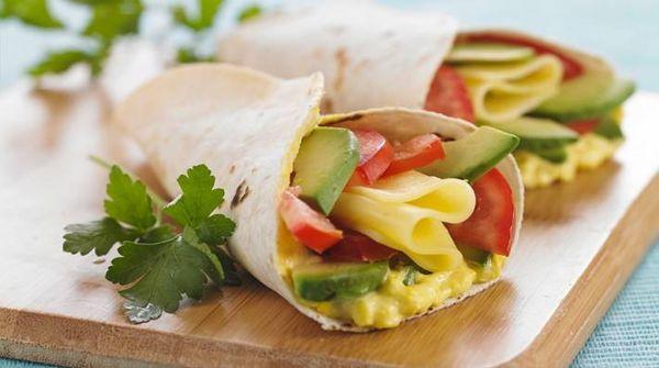 Wrap de palta, tomate, queso y mayonesa de choclo