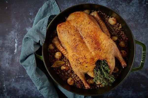 Pollo al horno con lentejas y cebolla