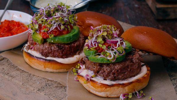 Hamburguesa de carne y panceta con salsa de pimienta