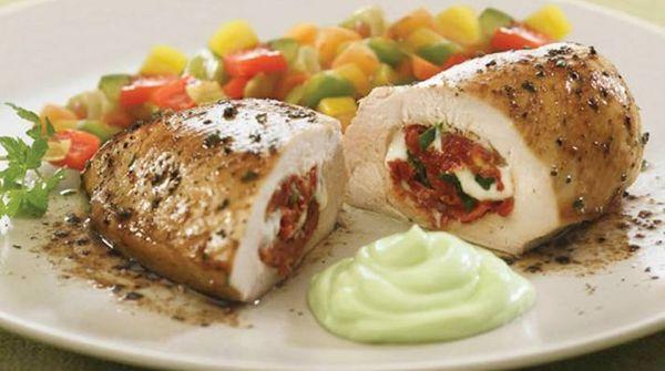Pechuga rellena con vegetales y mayonesa de oliva