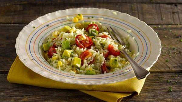Ensalada de arroz con choclo, tomate y palta