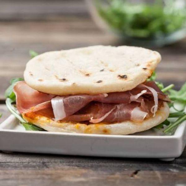 Pita con jamón crudo, mayonesa caprese y tomates asados