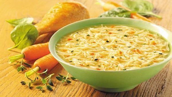 Sopa de fideos con vegetales