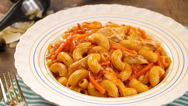 Coditos con salsa portuguesa y pollo asado