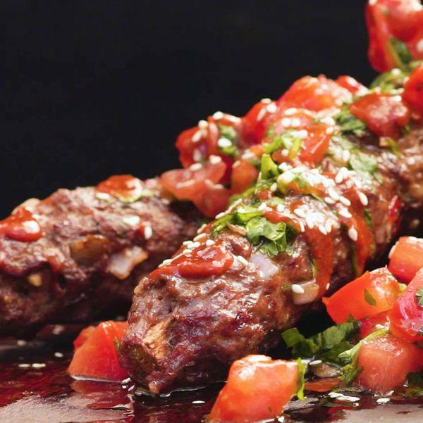 Kofta de novillo con salsa de tomate y cilantro