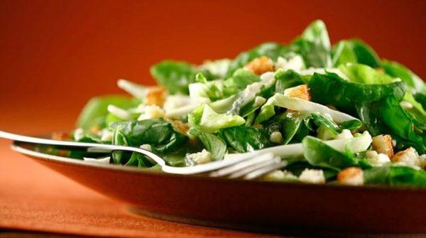 Ensalada verde con queso azul y croutons
