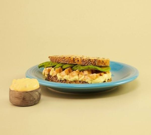 Sándwich grillado pollo, palta y alioli Hellmann´s