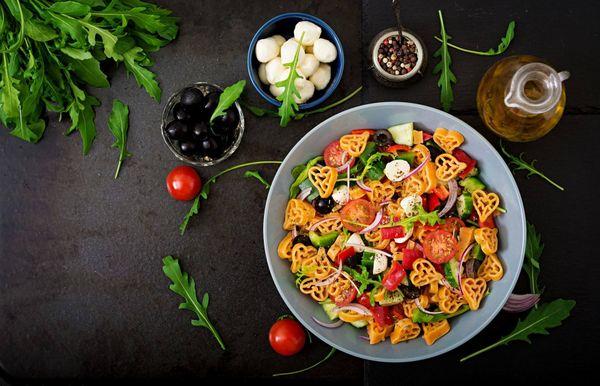 Ensalada de rúcula y pasta: fresca, rica y nutritiva