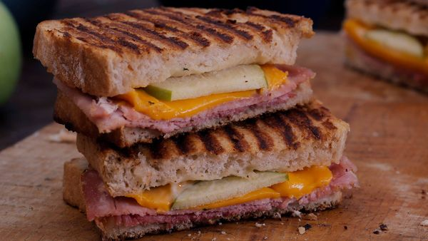 Sandwich tostado de jamón y queso único